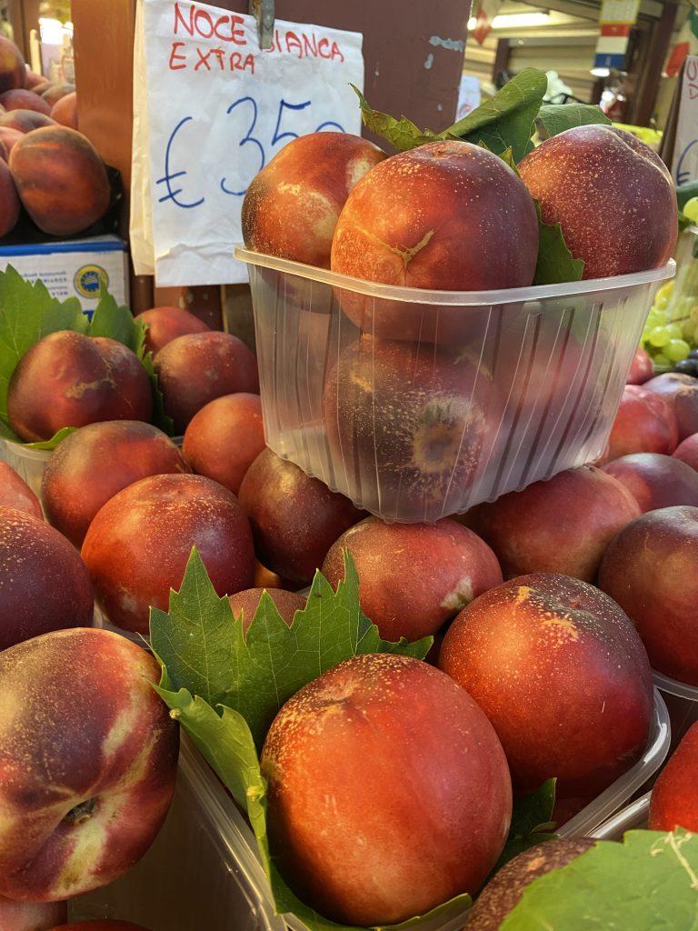 Noce Bianca, Italian nectarines, Mercato dei Fiori, Ventimiglia, Italy, Ventimille, Italie