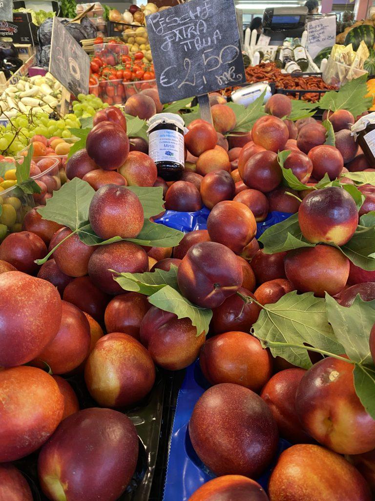 Mercato dei Fiori, Ventimiglia, Italy, Ventimille, Italie, nectarines