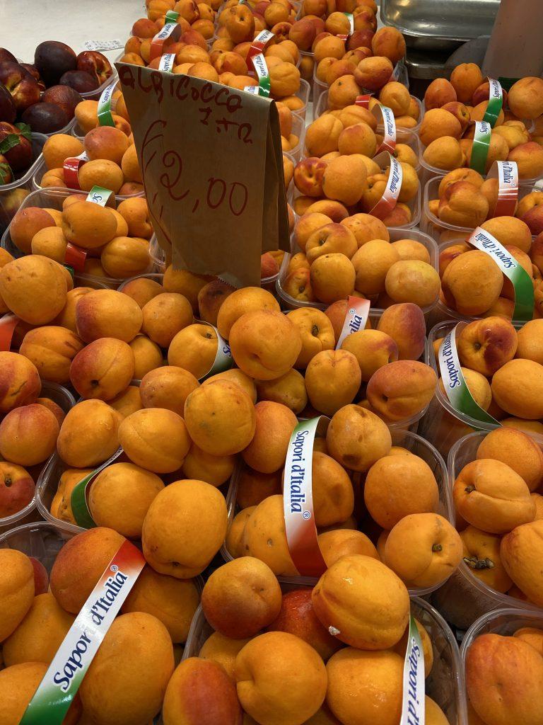Mercato dei Fiori, Ventimiglia, Italy, Ventimille, Italie, abricocco, apricots, Sapor d'Italia